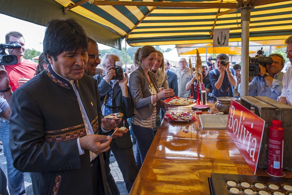 Evo Morales el presidente de Bolivia eet bij ons Quinoa poffertjes 2012
